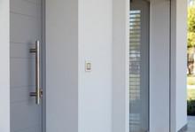 Porta Con Maniglione Metallico