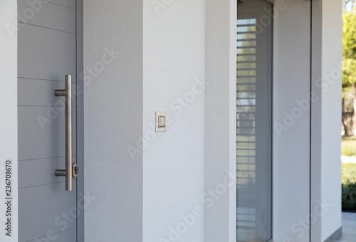Fényképezés  Porta con maniglione metallico