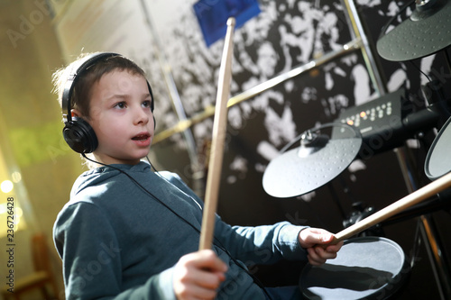 Foto Boy playing drums