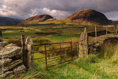 Foto auf Gartenposter Gebirge Manod Mawr and Manod Bach twin peaks part of the Moelwynion mountain range outside the town of Llan Ffestiniog in North Wales