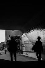 横浜トンネルと矢印と影