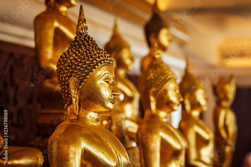 Fotomural Golden Buddha statues in buddhist temple
