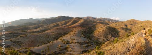 Caminante contempla el paisaje panorámico de Almería