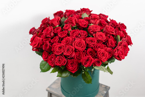Foto Big luxury bright bouquet on wooden table