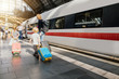 canvas print picture - Familie ist auf der Reise mit Gepäck am Bahnhof