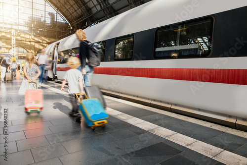 Poster Voies ferrées Familie ist auf der Reise mit Gepäck am Bahnhof