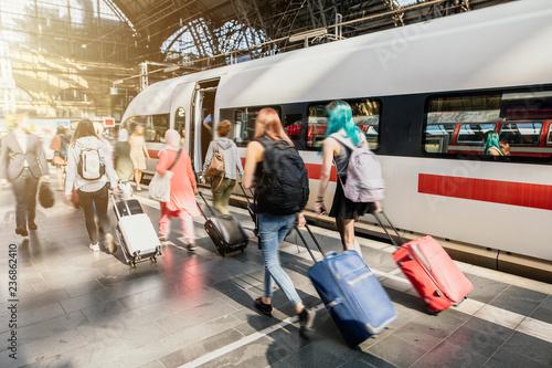 Photo sur Aluminium Voies ferrées Reise mit Gepäck am Bahnsteig während der Rush Hour