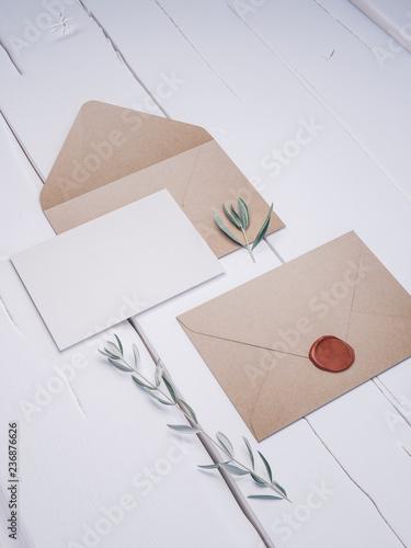 Fotografía  Envelope with an elegant wedding invitation. Place card mockup.