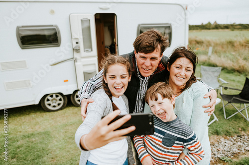 Photo Happy family taking a selfie