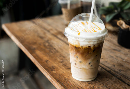 Photo Cold beverage in a plastic cup mockup