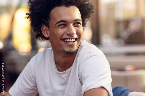 Fotografía  Close up portrait of handsome cheerful african man smiling looking at camera