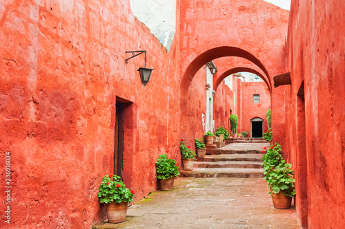 Fotografía  Red walls in Santa Catalina monastery in Arequipa, Peru