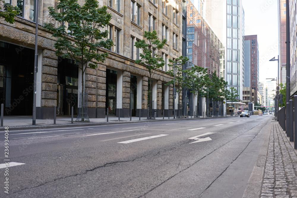 Fototapeta Leere Fahrbahn auf Straße in Stadt