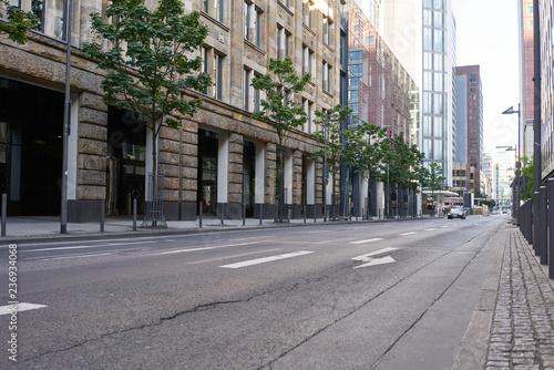 Fototapeta Leere Fahrbahn auf Straße in Stadt obraz
