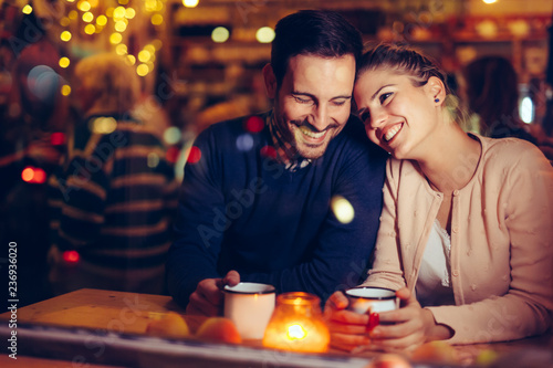Poster Op straat Romantic couple dating in pub at night