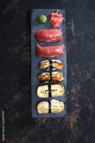 Fototapeta Sushi set.  Zestaw sushi. Kompozycja na ciemnym tle. obraz