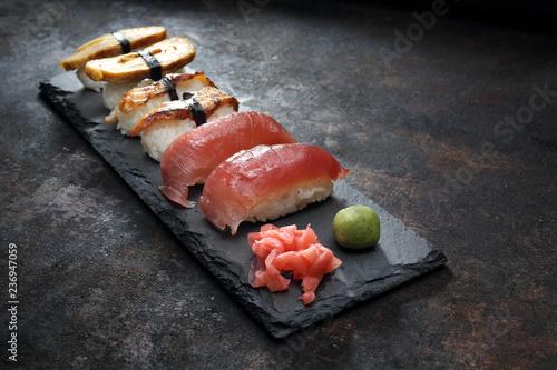 Fototapeta  Sushi.  Zestaw sushi. Kompozycja na ciemnym tle. obraz