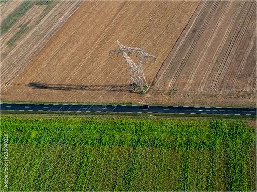 Fotografia, Obraz  vue aérienne d'un pylône électrique à Boinville-en-Mantois dans les Yvelines en