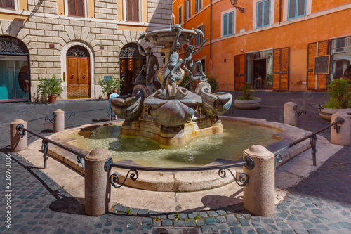 Photo sur Aluminium Europe Centrale Turtle Fountain on square Piazza Mattei on sunny day in Rome, Italy.