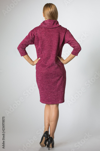 Fotografía  Blonde model posing in cherry-colour dress