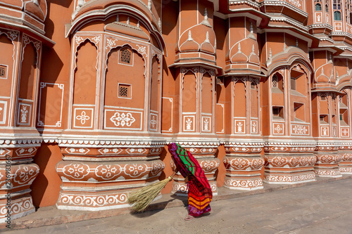 Foto  Woman sweeping in front of Hawa Mahal palace (Palace of the Winds) in Jaipur, Ra