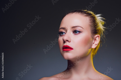 Photo  beautiful blond woman portrait on black background.