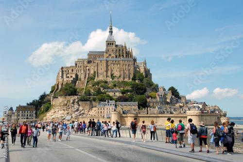 Vászonkép Abbaye du Mont-Saint-Michel, les visiteurs sur le pont d'accès, département de l