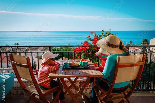 family having breakfast on balcony terrace with sea view Fototapete