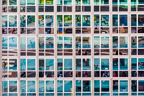Photo facade of office building with reflection of street life