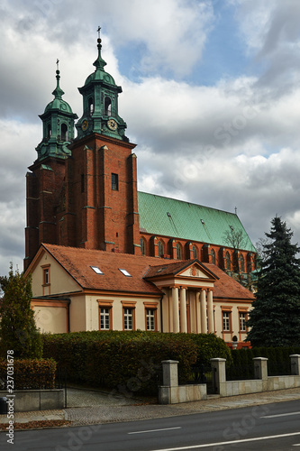 Photographie  historic house and towers of the gothic cathedral in Gniezno.