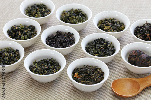 Photo  taiwanese tea assortment : oolong ta, iron goddess tea, pu-erh tea
