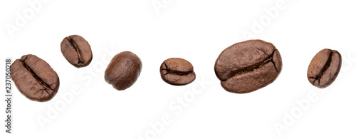 Photo sur Toile Café en grains roasted coffee beans isolated in white background cutout. Line arrangement.