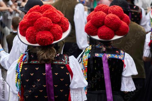 Photo  Frauen in Schwarzwälder Tracht mit Bollenhut beim Umzug des Oktoberfestes in Blu