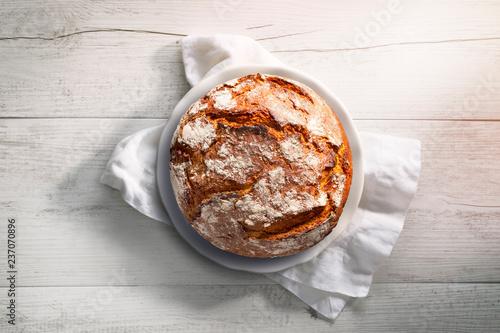 Brot auf weißem Teller und weißem Holz Fotobehang