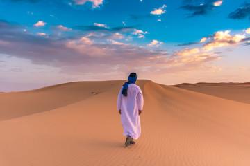 Berber čovjek koji je u zoru u pustinji Sahara, Merzouga, Maroko, nosio tradicionalnu odjeću tuareg