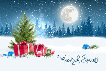 Koncepcja kartki świątecznej z napisem Wesołych Świąt po polsku. Zimowa nocna sceneria z księżycem w tle, w śniegu leżące koło choinki prezenty oraz porozrzucane bombki. Na niebie widać padający śnieg