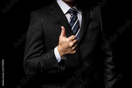 Photo  親指を立てたスーツの男性