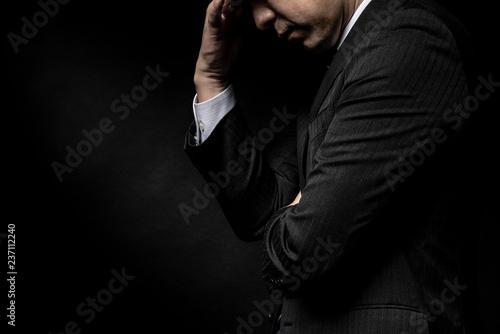 頭を抱えて悩む男性 Fototapet
