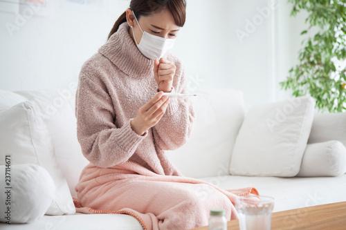 風邪をひいてしまい咳き込む女性 Fototapet