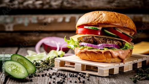 zblizenie-domowe-smaczny-burger-z-kotlet-miesny-i-ser-i-swieze-warzywa-na-drewnianym-stole-vintage-zdjecie-przepisu-zywnosciowego-skopiuj-tekst