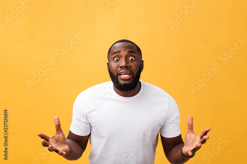 Photo  Portrait of african american man with hands raised in shock and disbelief