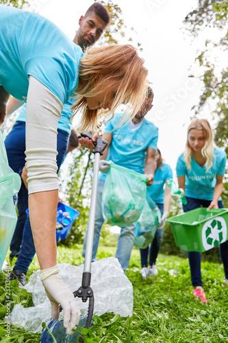Photographie  Freiwillige Helfer säubern einen Park von Abfall