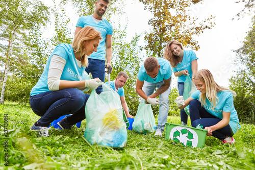 Photo Freiwillige Helfer beim Müll sammeln