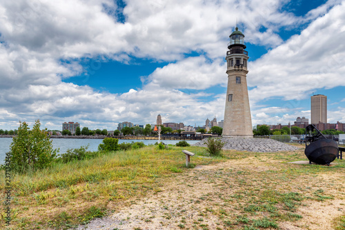 Foto op Aluminium Verenigde Staten Buffalo North Breakwater Lighthouse and the city in the background, Lake Erie, Buffalo, New York.