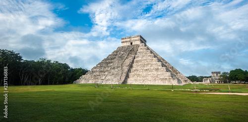 Deurstickers Centraal-Amerika Landen El Castillo or Temple of Kukulkan pyramid, Chichen Itza, Yucatan, Mexico