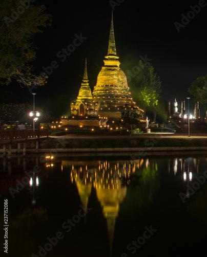 Fotografie, Obraz the ancient Buddhist temple of Wat Sa Si in evening twilight