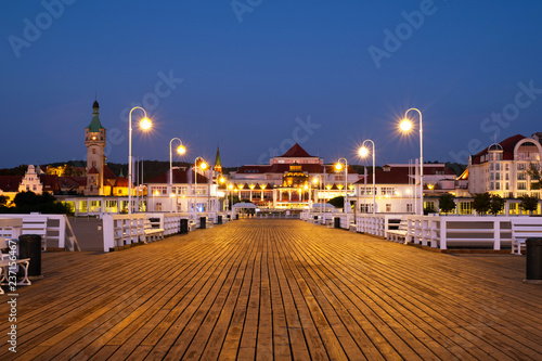 mata magnetyczna A long wooden pier in Sopot, Poland, with a view of the lighthouse