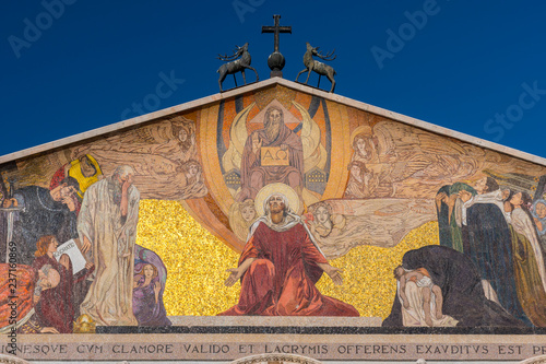 Photo Facade and mosaic at the top of The Church of All Nations or Basilica of the Agony, Jerusalem, Israel