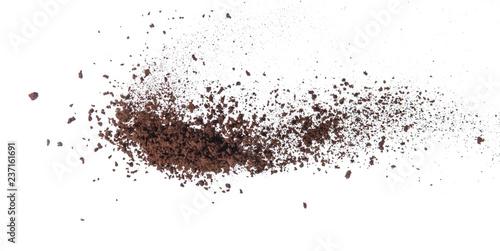 Fototapeta Rozsypana zmielona kawa na białym tle na ścianę