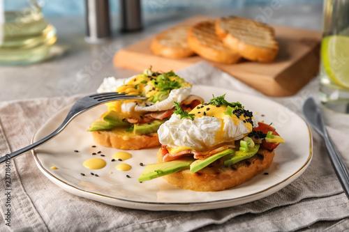 Photo Tasty eggs Benedict on plate